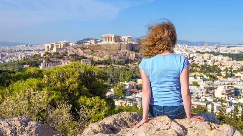 A jovem mulher olha a arquitetura da cidade de Atenas, Gr?cia foto de stock royalty free