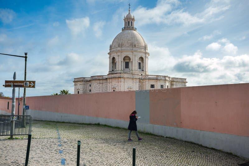 A jovem mulher olha no mapa na frente do panteão ou da igreja nacional de Santa Engracia foto de stock