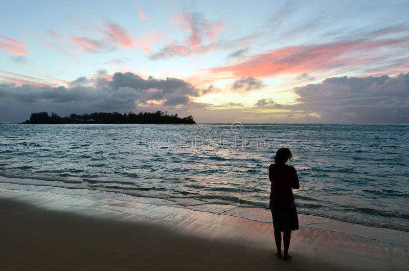 A jovem mulher olha o nascer do sol da ilha tropical imagens de stock royalty free