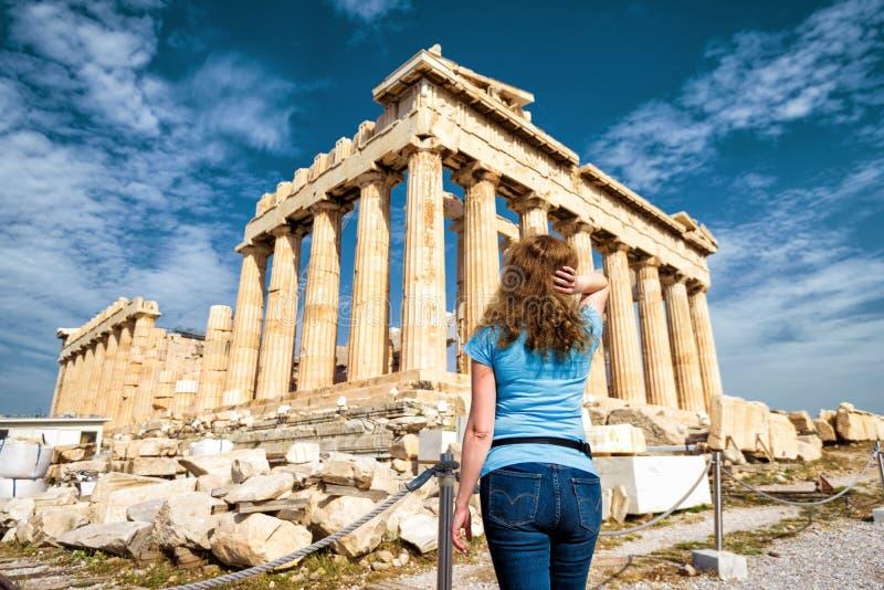A jovem mulher olha o Partenon em Atenas imagem de stock
