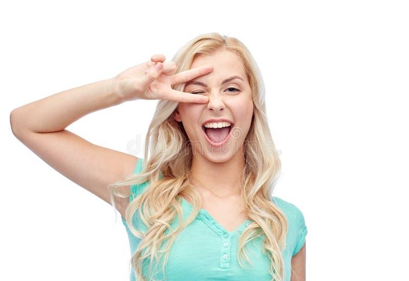 Jovem mulher ou adolescente de sorriso que mostram a paz fotografia de stock royalty free