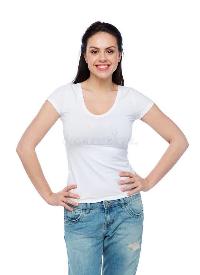 Jovem mulher ou adolescente feliz no t-shirt branco imagem de stock