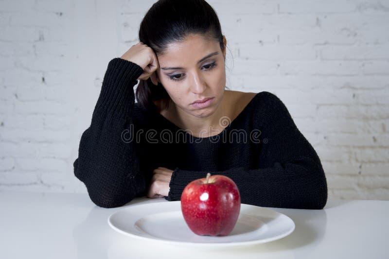 Jovem mulher ou fruto de vista adolescente da maçã no prato como o símbolo da dieta louca na desordem de nutrição fotos de stock