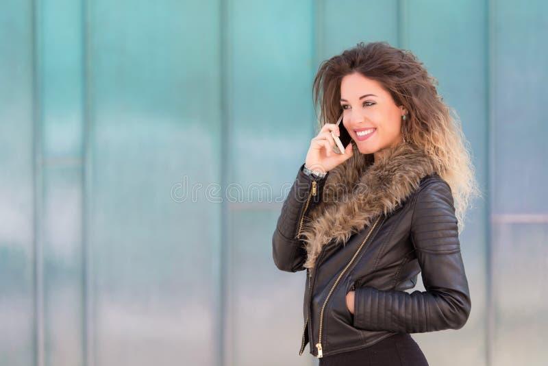 Jovem mulher para usar seu telefone imagem de stock