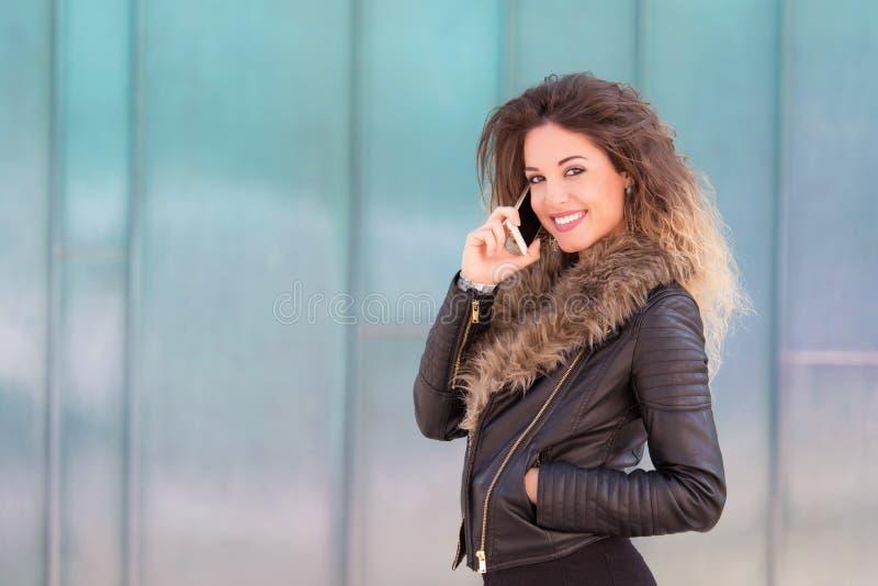Jovem mulher para usar seu telefone imagem de stock royalty free