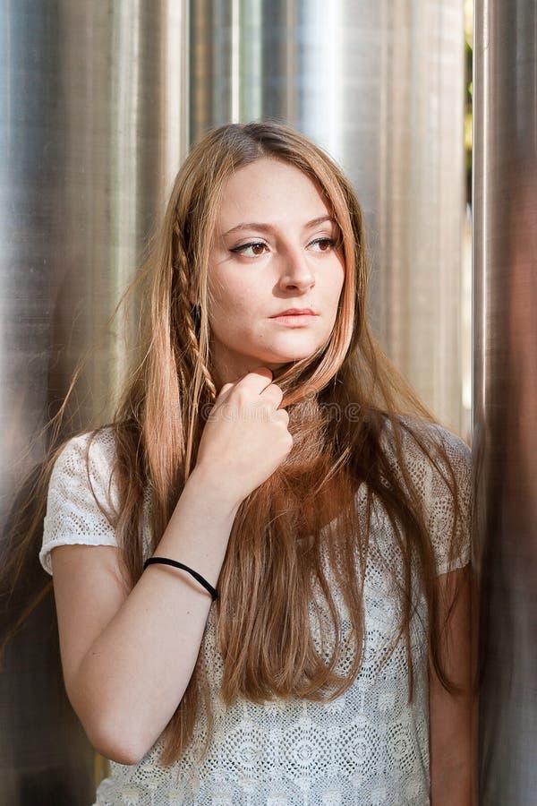 Jovem mulher pensativa foto de stock
