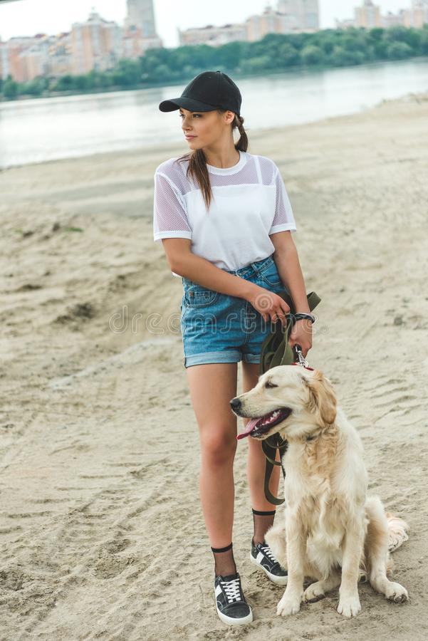 jovem mulher pensativa com cão fotografia de stock