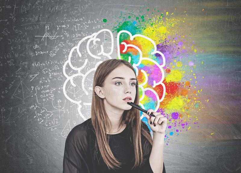 Jovem mulher pensativa com pena, cérebro imagem de stock royalty free