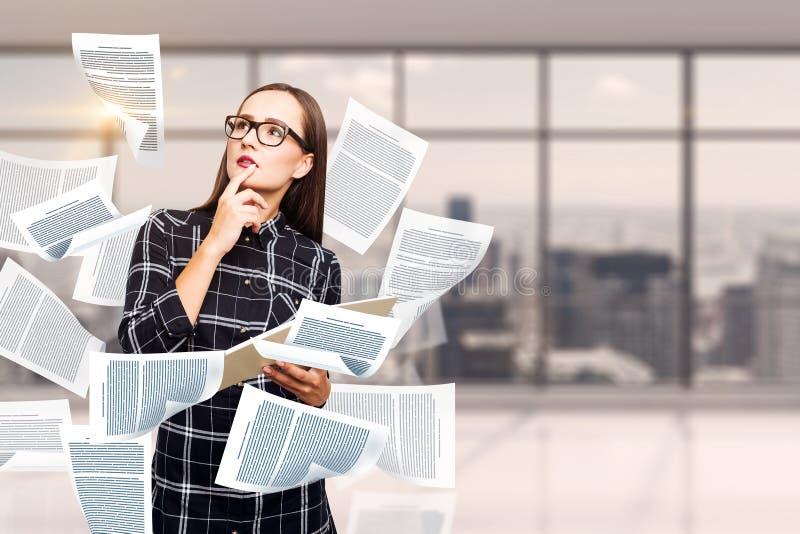 Jovem mulher pensativa, escritório vazio do documento imagens de stock
