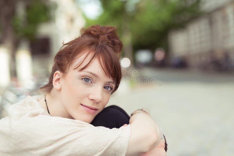 Jovem mulher pensativa que olha na câmera fotografia de stock royalty free