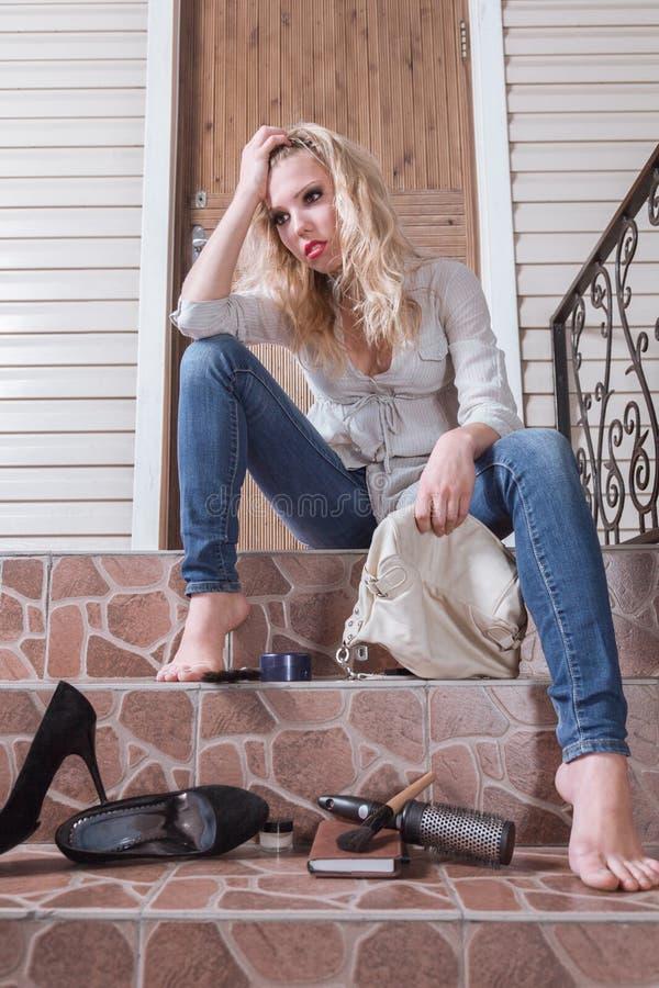 A jovem mulher perdeu suas chaves fotos de stock royalty free