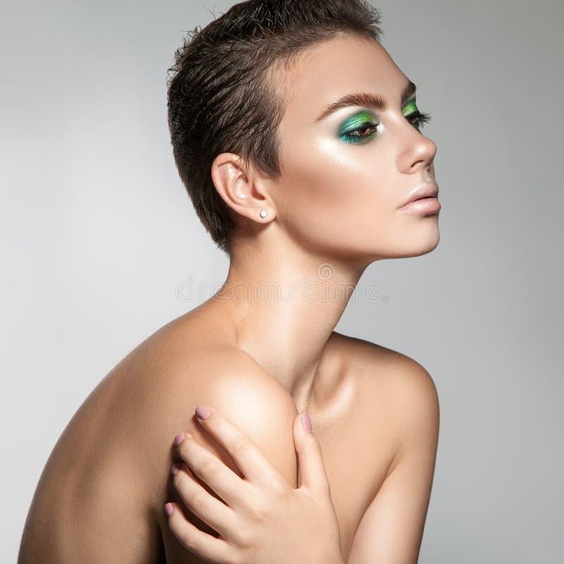 Jovem mulher perfeita com vista da composição bonita e do cabelo curto imagens de stock royalty free