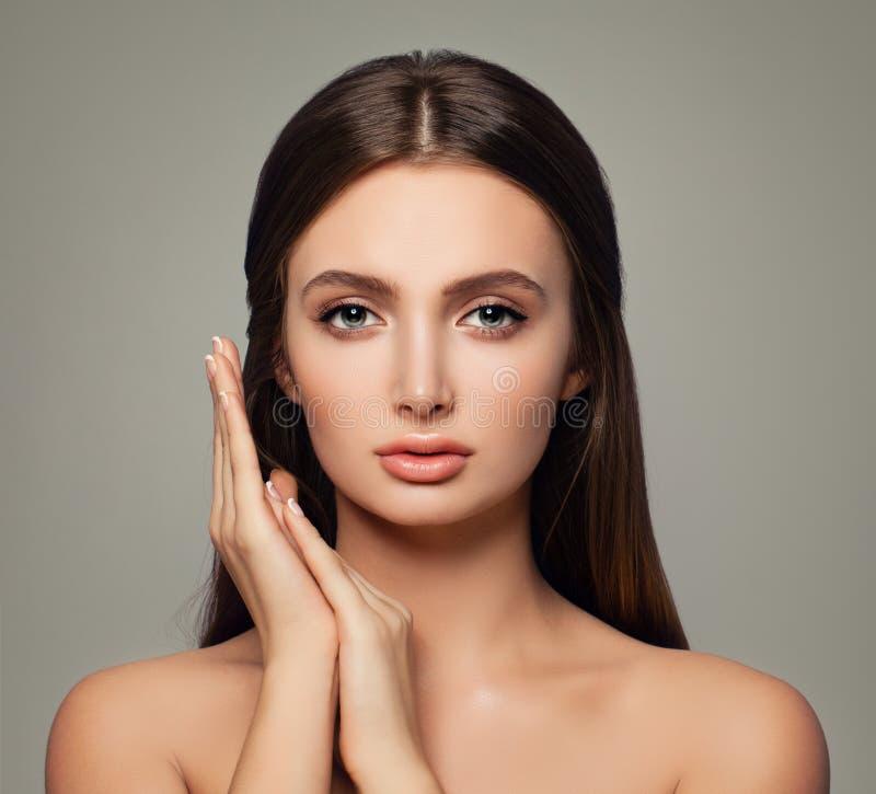 Jovem mulher perfeita do retrato dos termas com pele saudável foto de stock