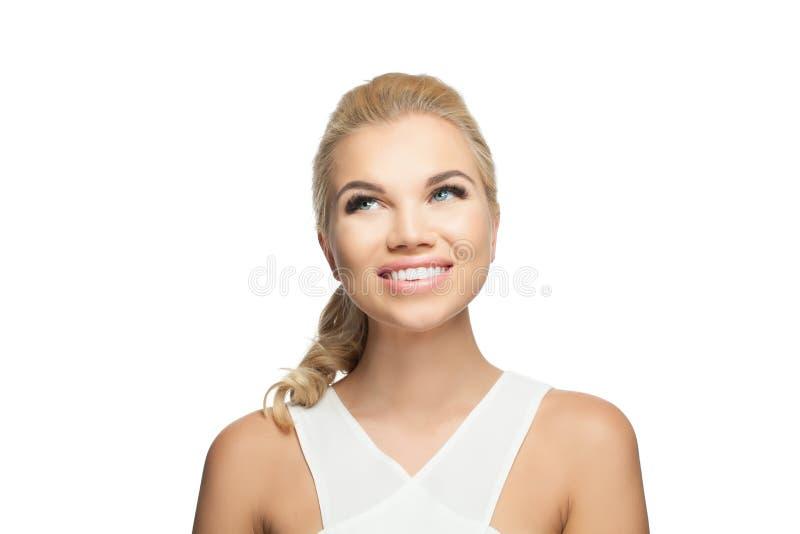 Jovem mulher perfeita isolada no fundo branco Menina bonita que olha acima e que sorri foto de stock royalty free