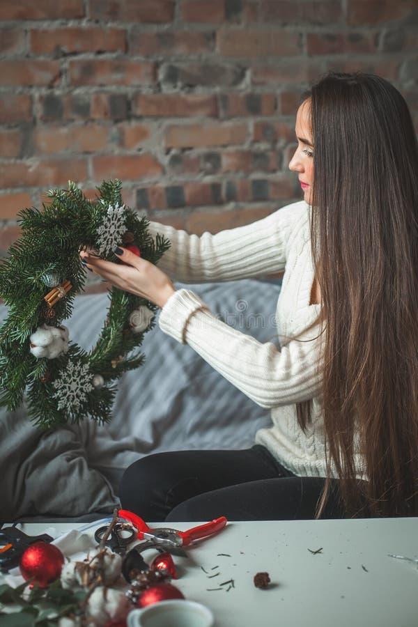 Jovem mulher perfeita que faz decorações do Natal imagens de stock royalty free