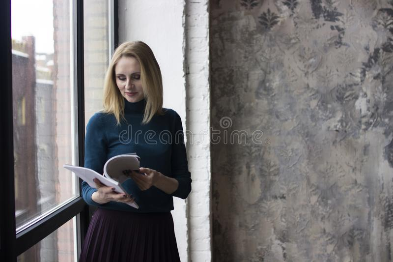 Jovem mulher perto da janela imagens de stock royalty free