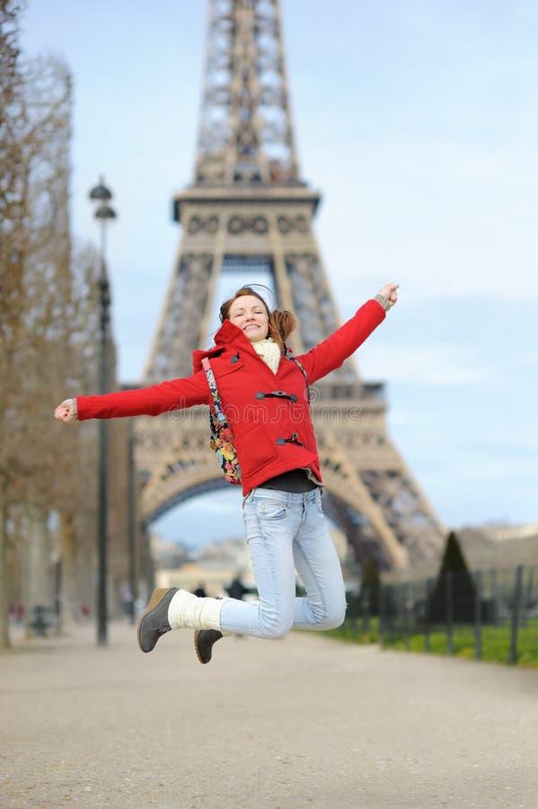 Jovem mulher perto da torre Eiffel, em Paris, França fotografia de stock royalty free