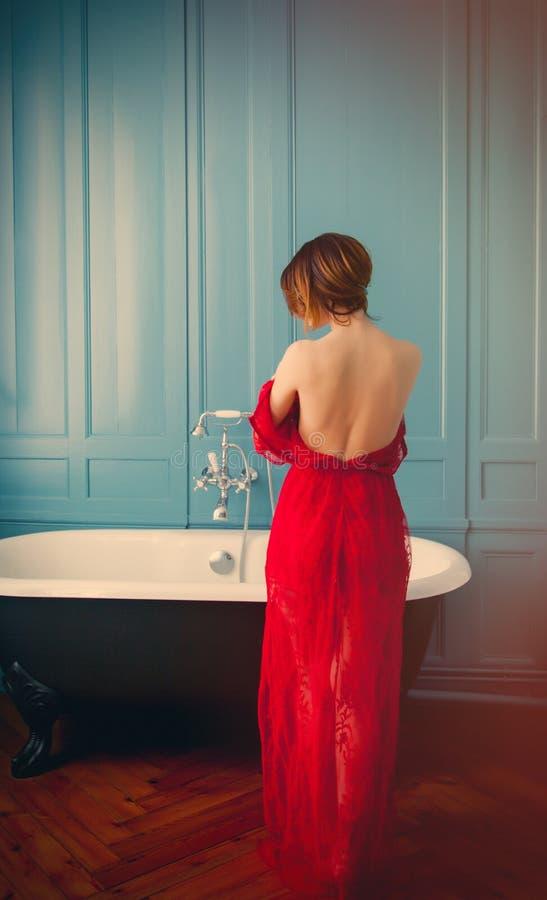 Jovem mulher perto do banho foto de stock