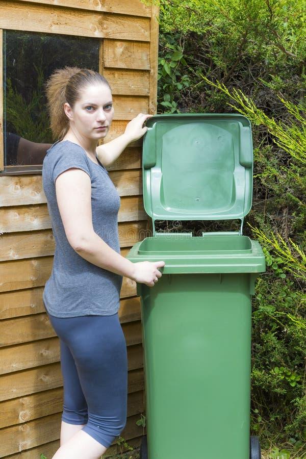 Jovem mulher perto do recipiente waste imagem de stock royalty free