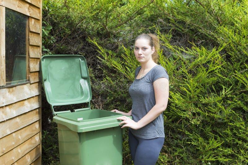 Jovem mulher perto do recipiente waste imagens de stock royalty free