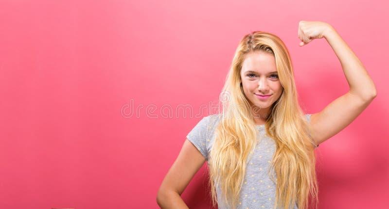 Jovem mulher poderosa em uma pose do sucesso foto de stock