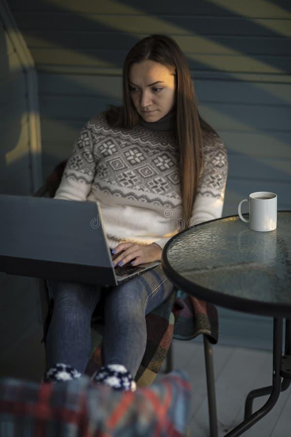 Jovem mulher, portátil, balcão, copo do chá, natureza fotografia de stock