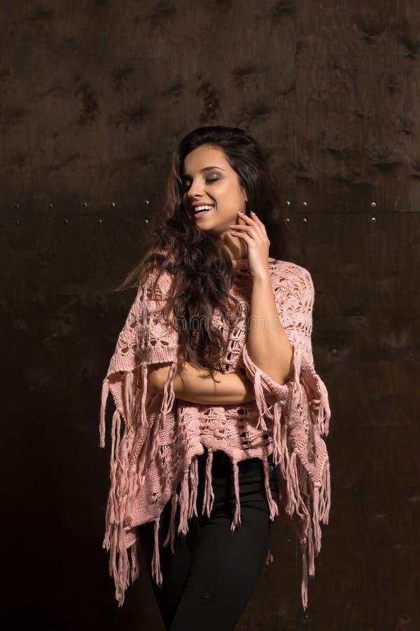 A jovem mulher positiva com rosa vestindo da composição brilhante fez malha o swe fotografia de stock royalty free
