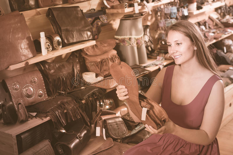 Jovem mulher positiva que procura o saco fotografia de stock royalty free