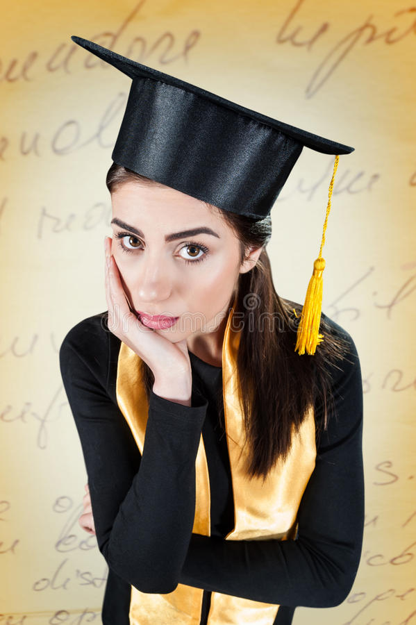 Jovem mulher preocupada em seu dia de graduação fotos de stock