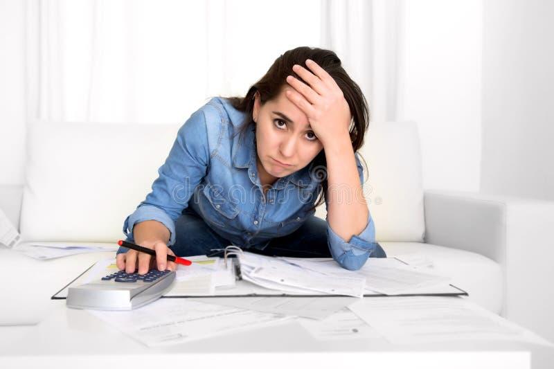 A jovem mulher preocupou-se em casa em explicar do esforço desesperado em problemas financeiros fotografia de stock royalty free