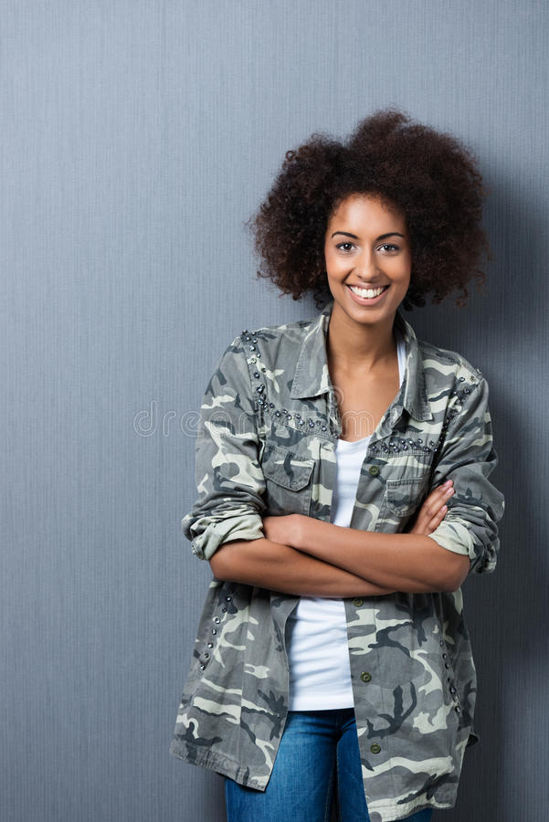 Jovem mulher presumido de sorriso foto de stock