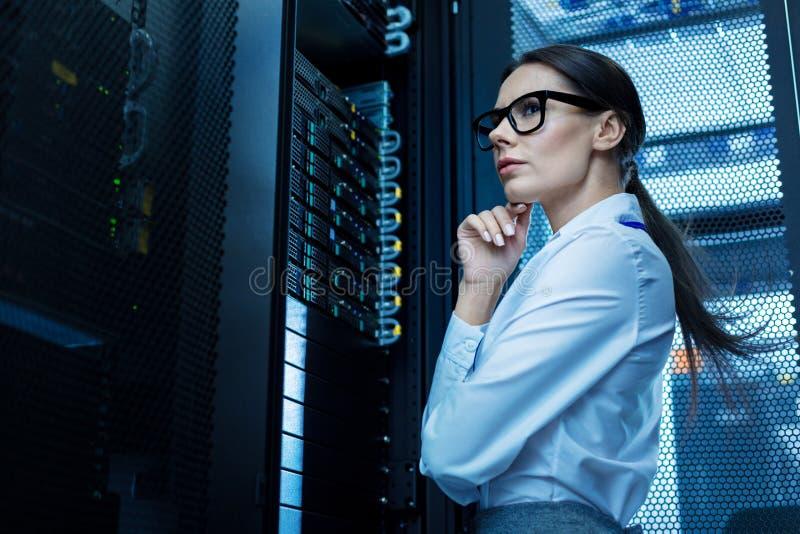 Jovem mulher profissional que trabalha em um centro de dados imagens de stock