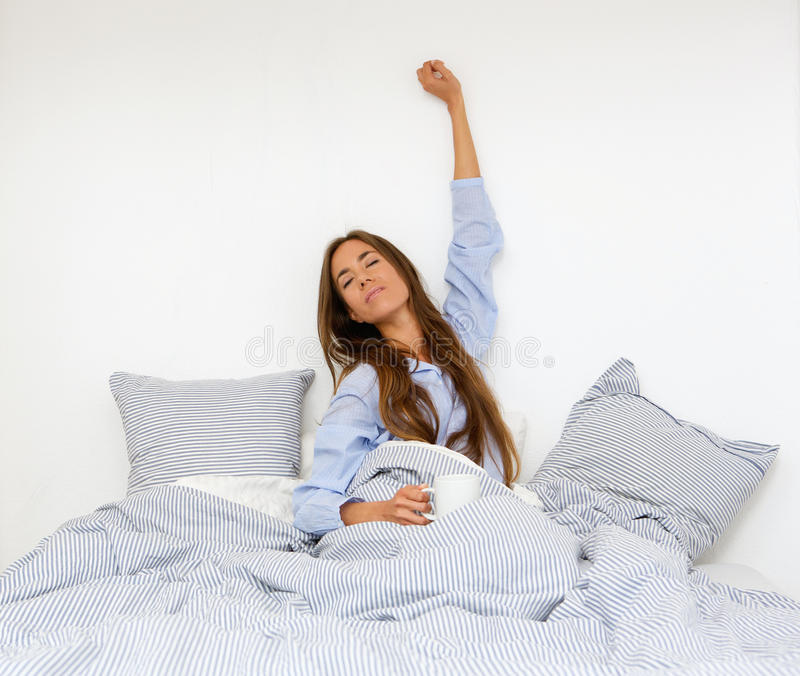 Jovem mulher que acorda imagem de stock