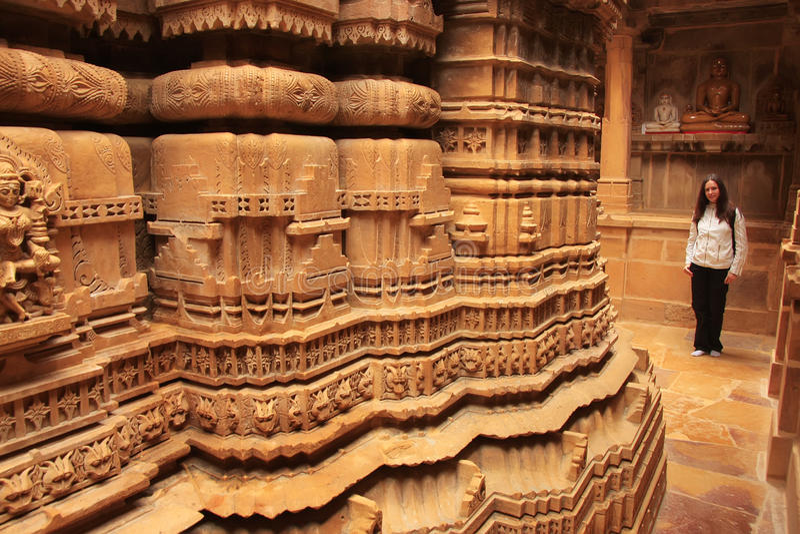 Jovem mulher que admira o interior do templo Jain, Jaisalmer, Rajasth imagens de stock