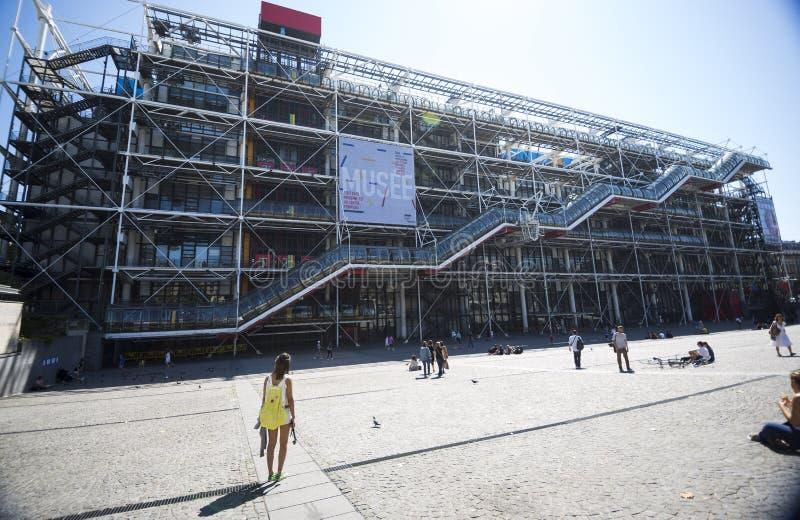 Jovem mulher que admira Pompidou fotos de stock