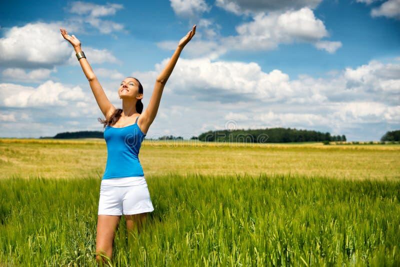 Jovem mulher que adora o sol quente do ver imagem de stock royalty free