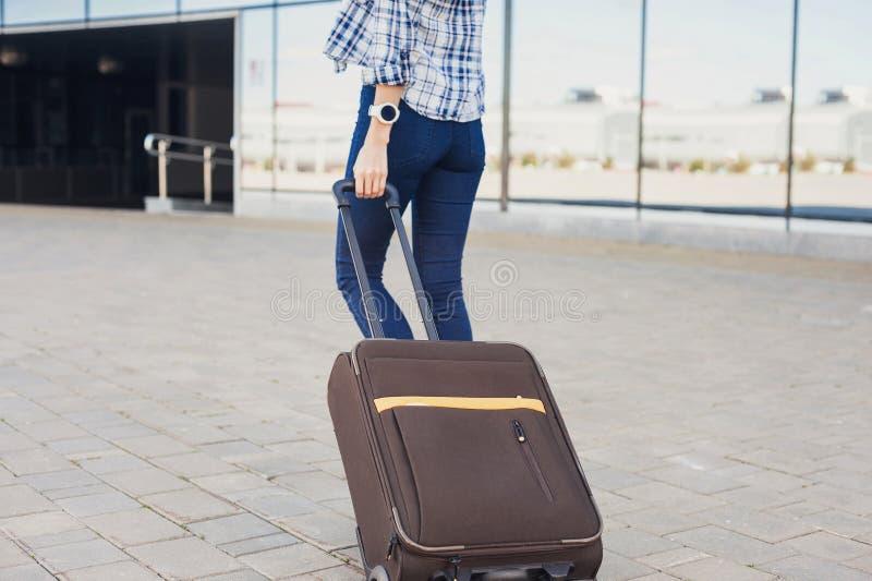 Jovem mulher que anda com mala de viagem da bagagem, férias, curso e conceito ativo do estilo de vida imagem de stock