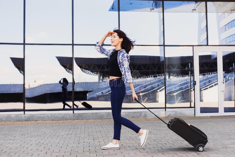 Jovem mulher que anda com mala de viagem da bagagem, f?rias, curso e conceito ativo do estilo de vida imagens de stock