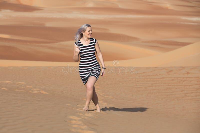 Jovem mulher que anda em torno do deserto imagem de stock
