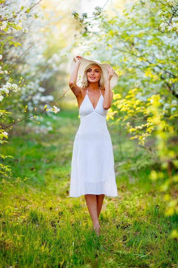 Jovem mulher que anda na primavera jardim imagem de stock