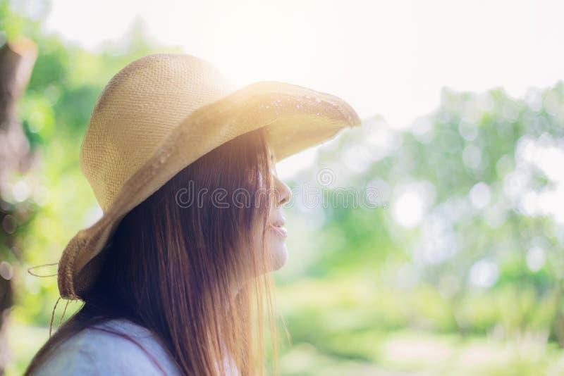 Jovem mulher que aprecia com luz solar imagens de stock