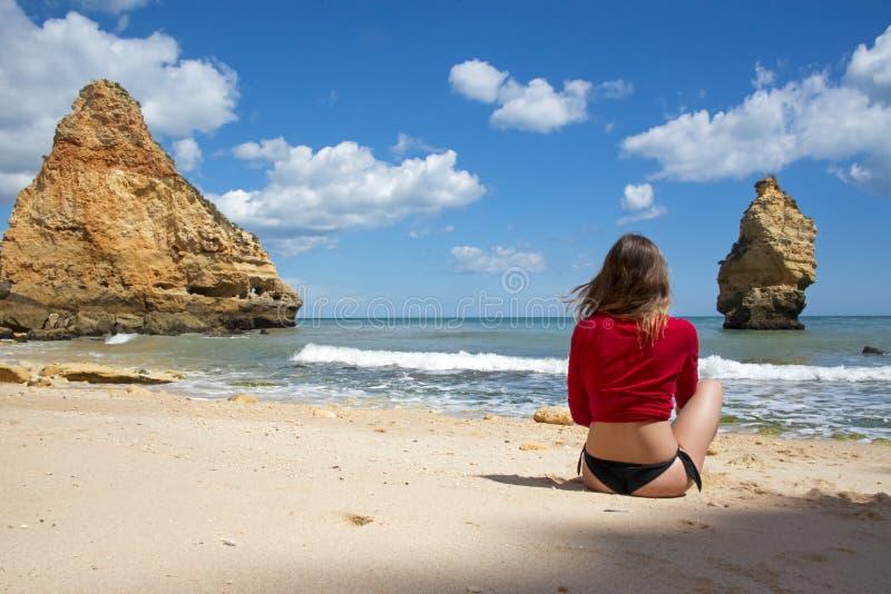 Jovem mulher que aprecia o dia perfeito na praia fotos de stock royalty free