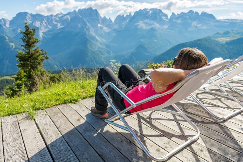 Jovem mulher que aprecia o Mountain View fotos de stock royalty free