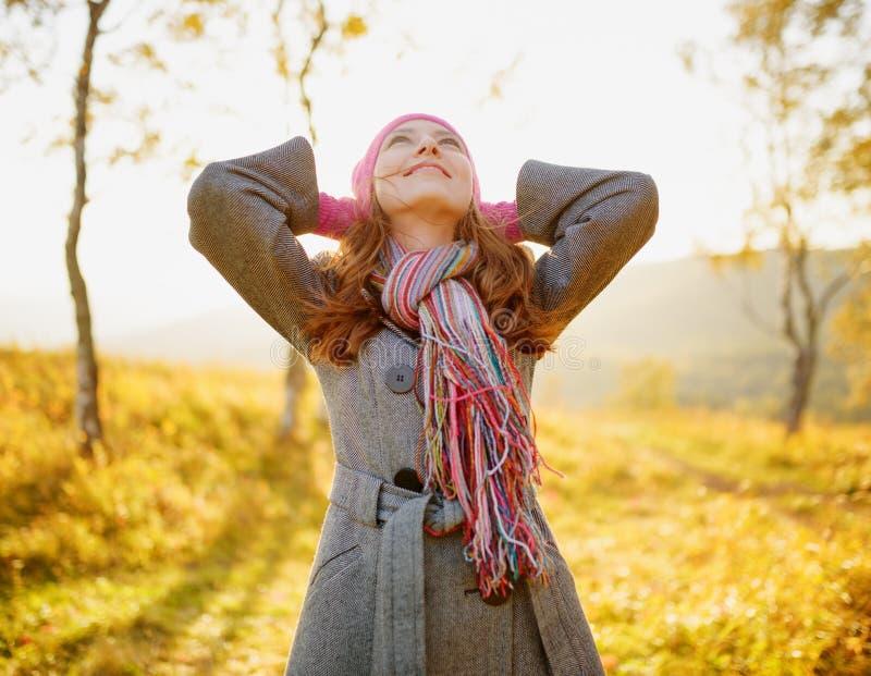 Jovem mulher que aprecia o outono. Retrato exterior do outono fotografia de stock royalty free