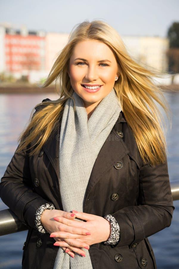 Jovem mulher que aprecia o sol do outono foto de stock royalty free
