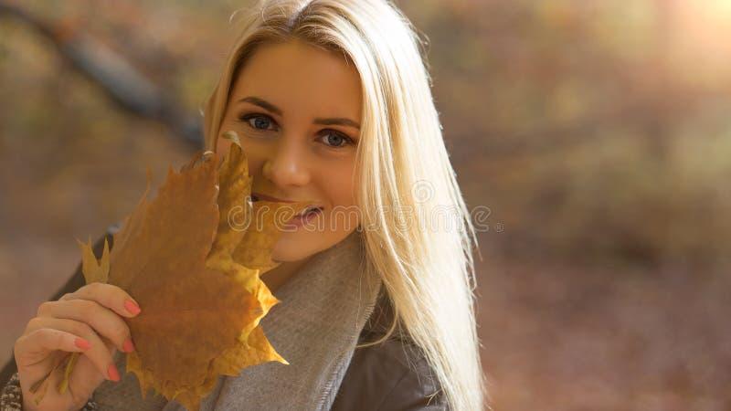 Jovem mulher que aprecia o sol do outono fotografia de stock royalty free