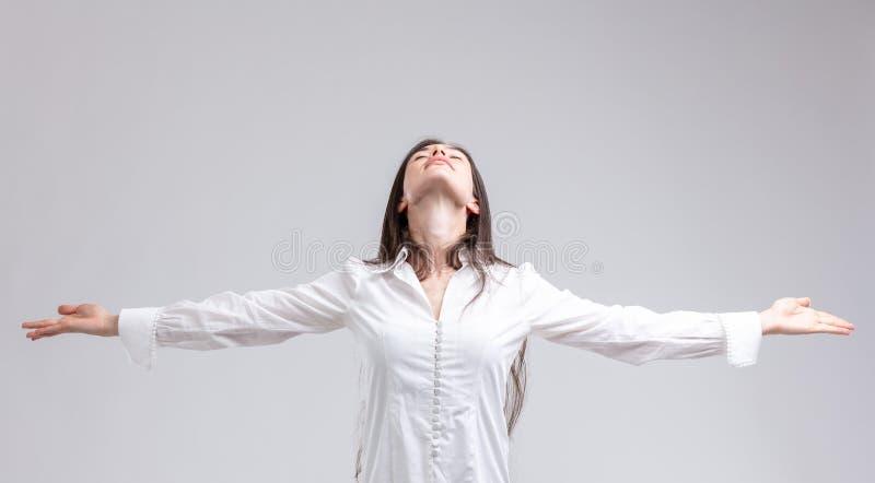 Jovem mulher que aprecia um momento da paz fotos de stock