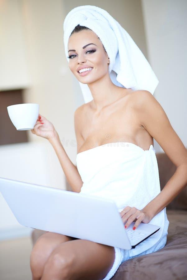 Jovem mulher que aprecia uma manhã de relaxamento imagens de stock royalty free