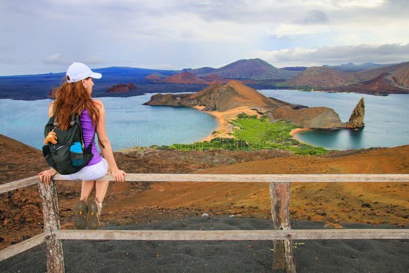 Jovem mulher que aprecia a vista da rocha do pináculo no isla de Bartolome foto de stock royalty free