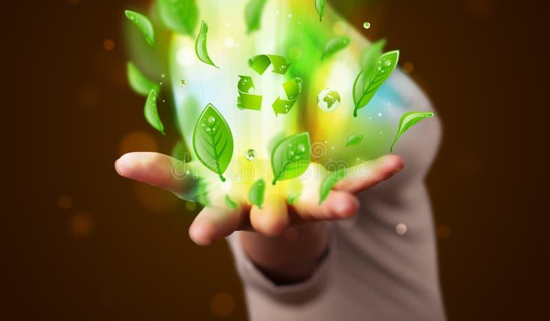 A jovem mulher que apresenta a eco a folha verde recicla o conceito da energia imagem de stock